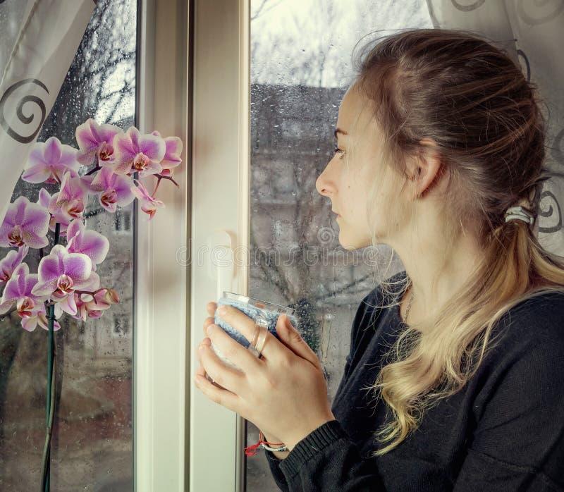 Portret van een peinzende vrouw stock foto