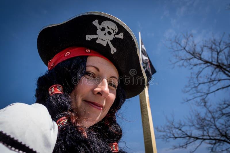 Portret van een piraatvrouw die hoed en kostuum dragen Carnaval-partij stock foto's
