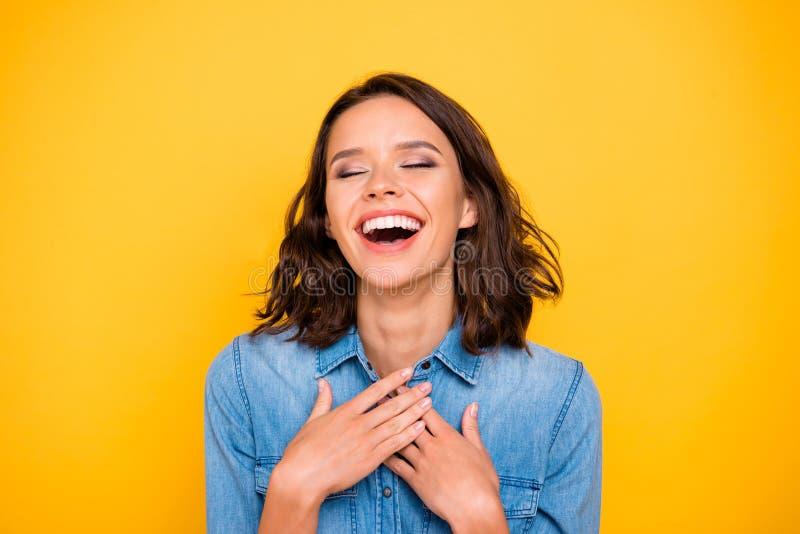 Portret van een positief, vrolijk grappig, grappig, grappig meisje hoort lachen met een lachen ha-ha-broekje voor jongeren, geïso royalty-vrije stock foto's