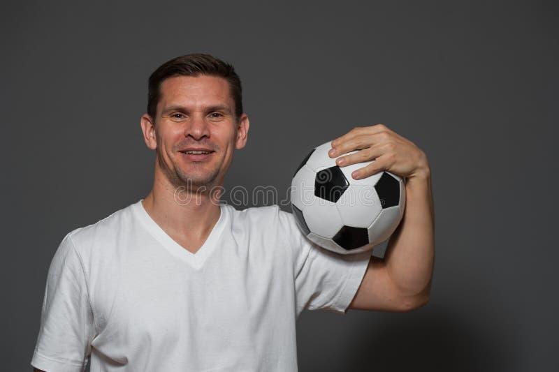 Portret van een positieve voetbal of een voetbalster stock afbeelding