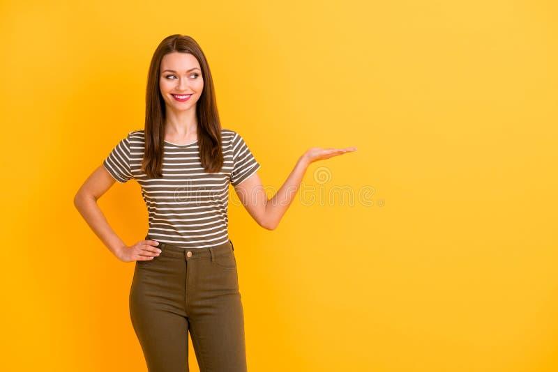 Portret van een positieve, vrolijke promotor voor meisjes: houd de hand en raadt aan om selecte advertenties aan te bevelen om ee stock fotografie