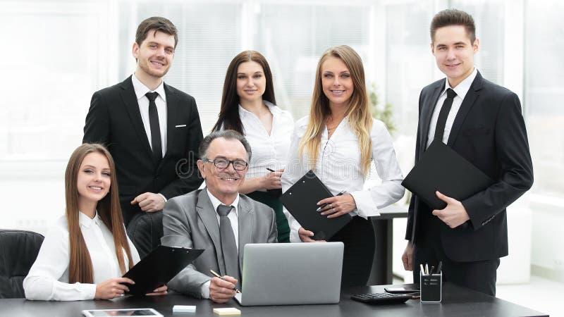 Portret van een professioneel commercieel team in het bureau royalty-vrije stock afbeeldingen