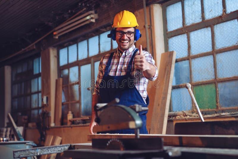 Portret van een professionele timmerman in zijn workshop royalty-vrije stock foto's