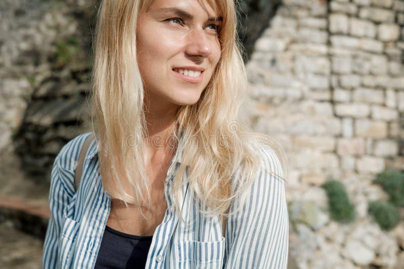 Portret van een reiziger die van de blondevrouw in de oude stad lopen en royalty-vrije stock foto