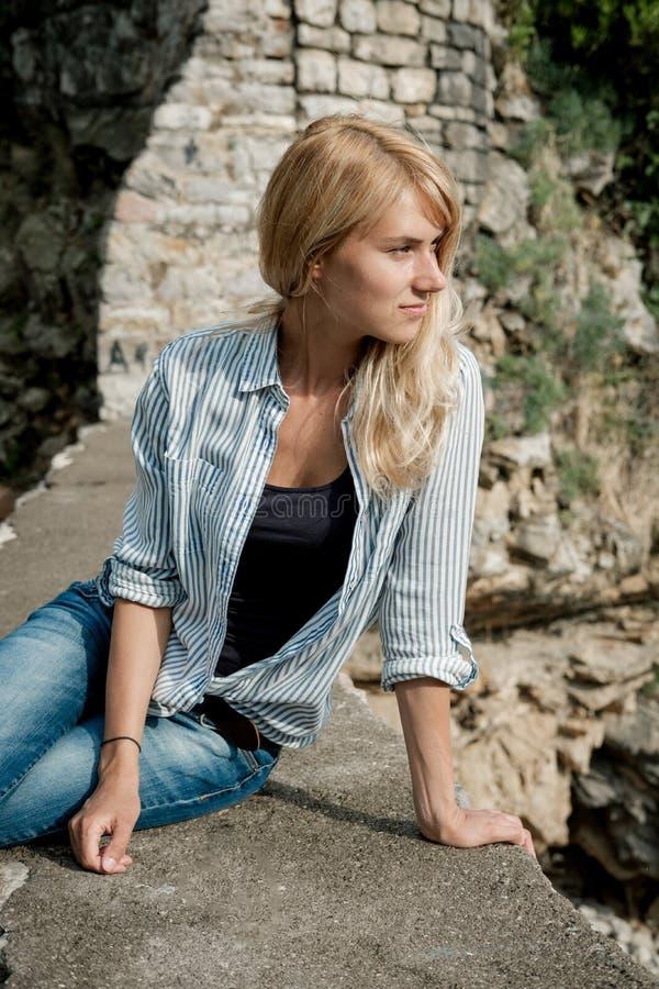 Portret van een reiziger die van de blondevrouw in de oude stad lopen en royalty-vrije stock fotografie