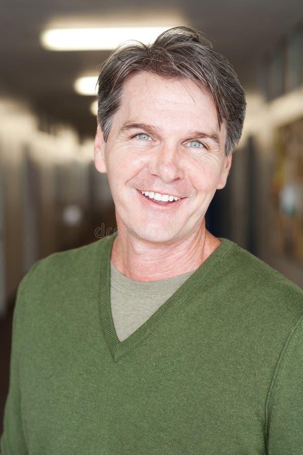 Portret van een rijpe gelukkige mens stock foto's