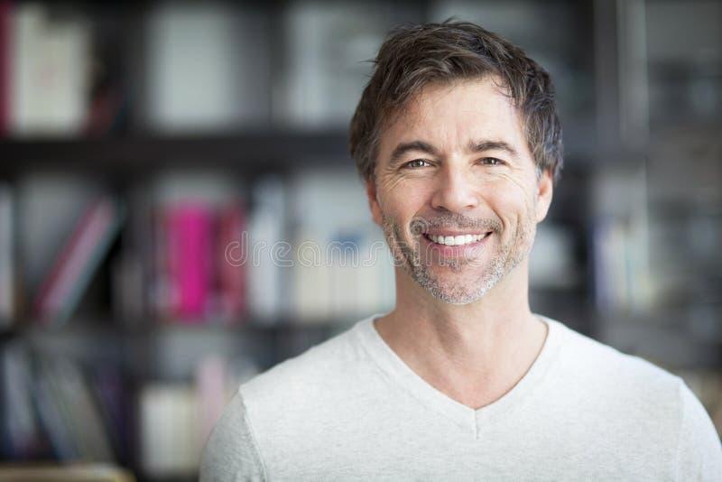 Portret van een Rijpe Mens die bij de Camera glimlachen Huis royalty-vrije stock afbeeldingen