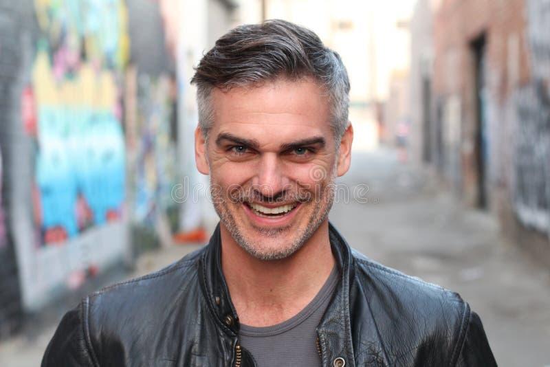 Portret van een rijpe mens die bij de camera glimlachen - Voorraadbeeld stock afbeeldingen