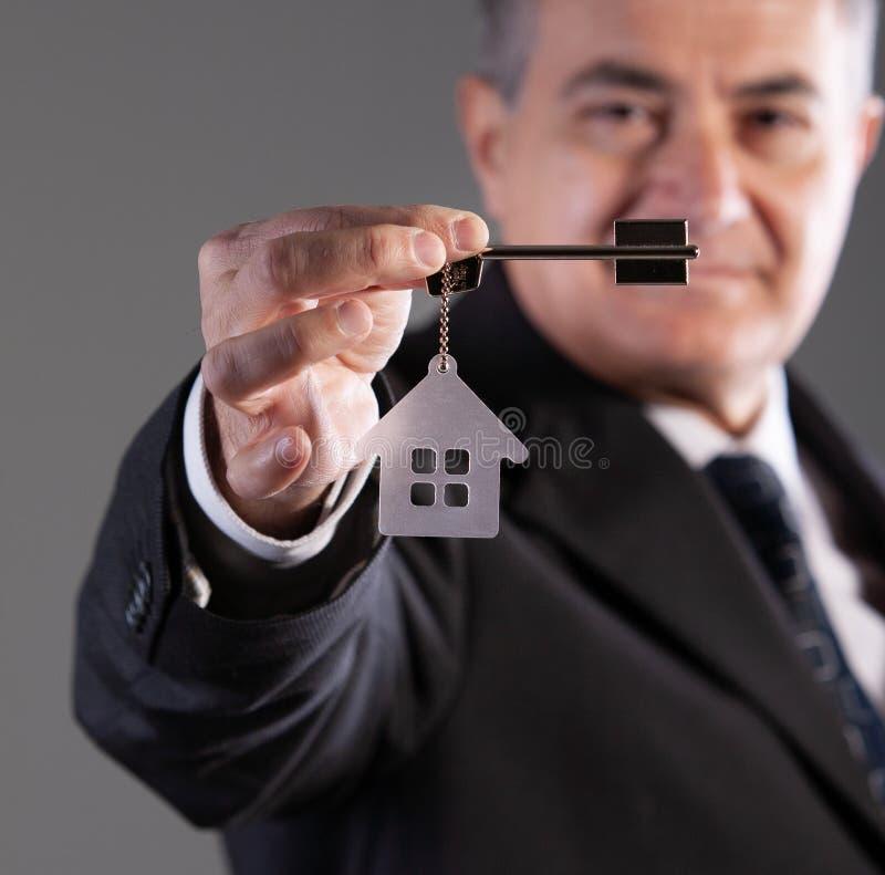 Portret van een rijpe mens met huissleutel royalty-vrije stock foto