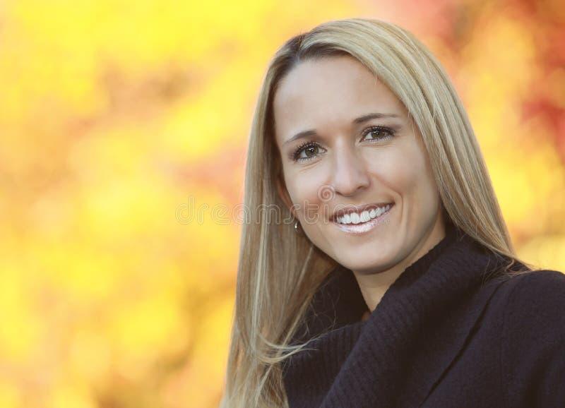 Portret van een Rijpe Vrouw die bij de camera glimlachen royalty-vrije stock afbeelding