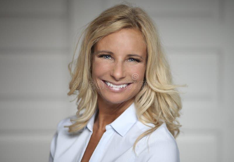 Portret van een Rijpe Vrouw die bij de camera glimlachen royalty-vrije stock foto's