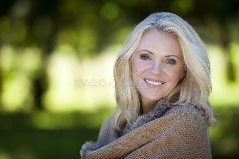 Portret van een Rijpe Vrouw die bij de camera glimlachen stock fotografie