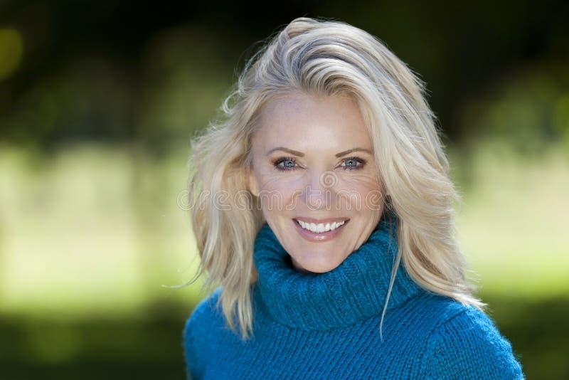 Portret van een Rijpe Vrouw die bij de camera glimlachen stock afbeelding