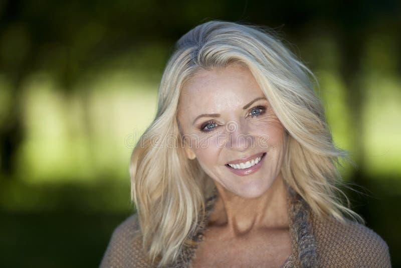 Portret van een Rijpe Vrouw die bij de camera glimlachen stock afbeeldingen