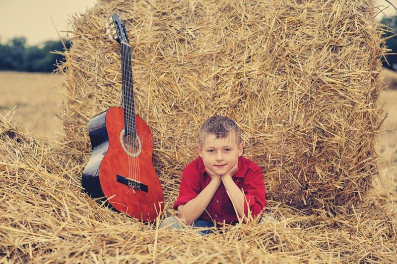 Portret van een romantische jongen op het gebied stock afbeelding