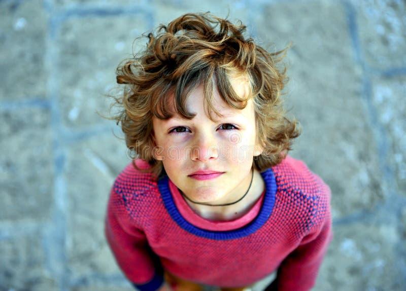 Portret van een ruwharige jongen die camera bekijken royalty-vrije stock foto's