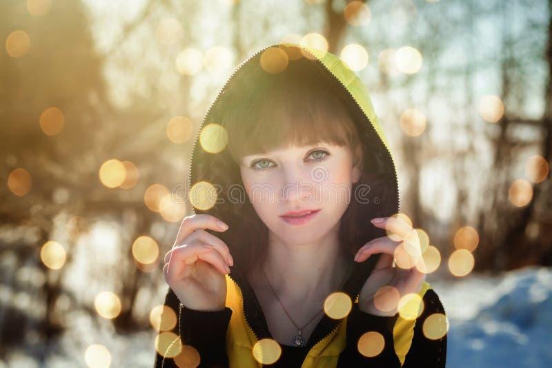 Portret van een schitterend mooi meisje in aard in de lente op een Zonnige dag stock afbeelding