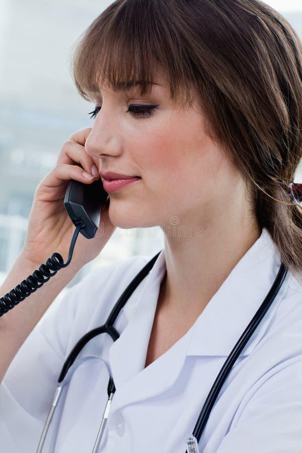 Portret van een schitterende arts op de telefoon royalty-vrije stock foto's