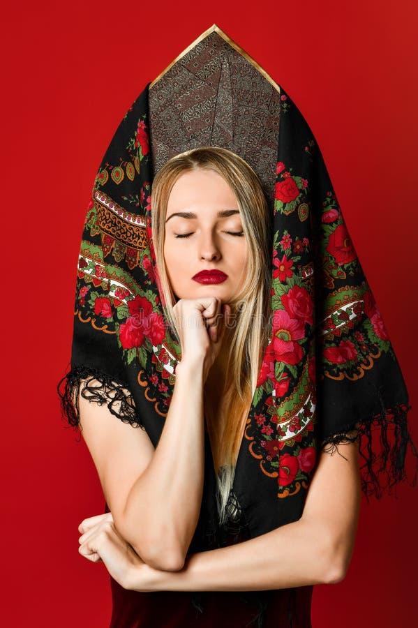 Portret van een schitterende elegante dromerige blondeschoonheid stock afbeelding