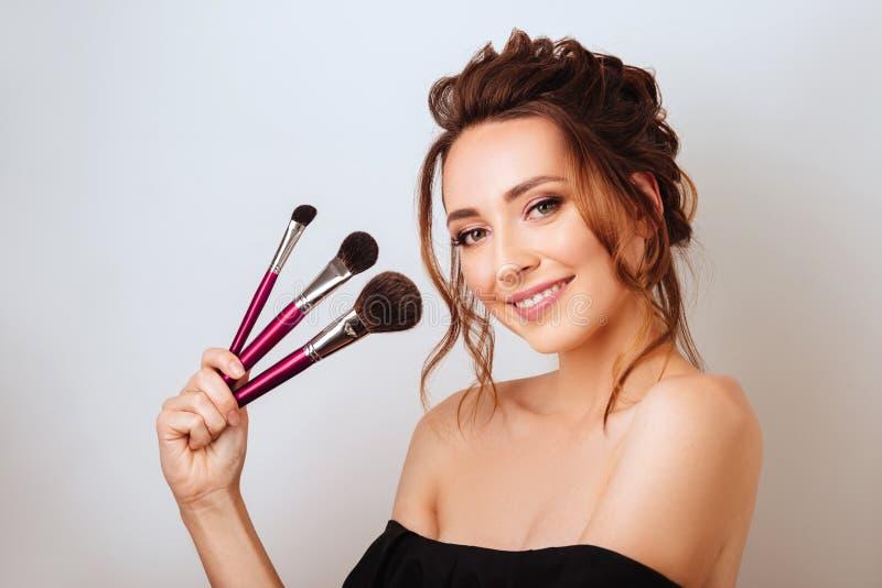 Portret van een schitterende jonge donkerbruine vrouw in modieuze make-up royalty-vrije stock fotografie