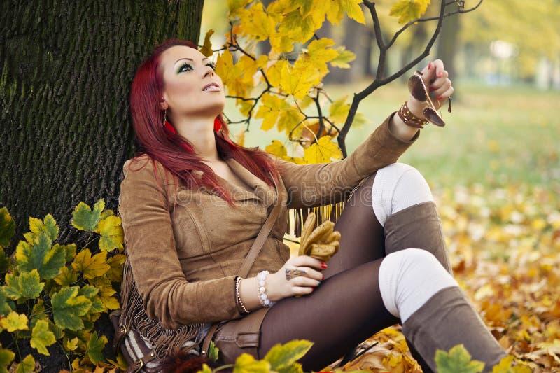 Portret van een schitterende vrouw in het de herfstpark. stock afbeeldingen