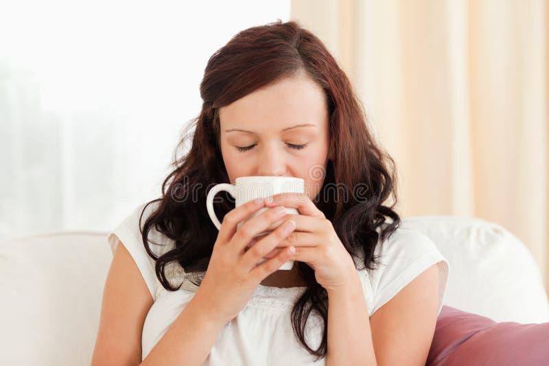 Portret van een schitterende vrouw het drinken koffie stock afbeelding