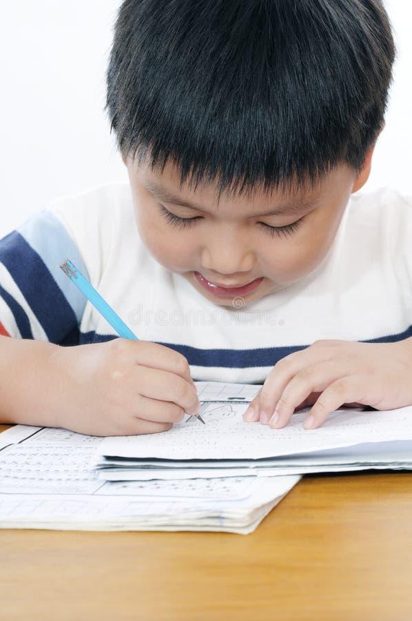 Portret van een schooljongen die schoolwork doet royalty-vrije stock fotografie