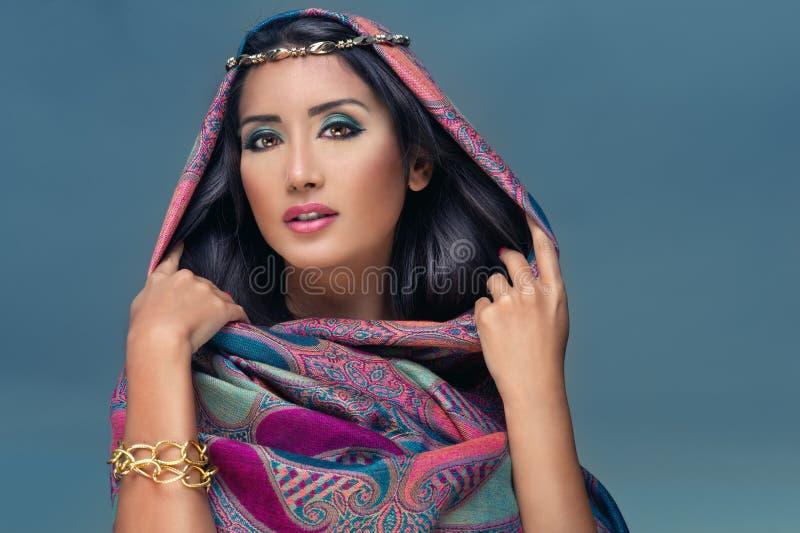 Portret van een schoonheids Arabische dame in een sensuele bea stock afbeelding