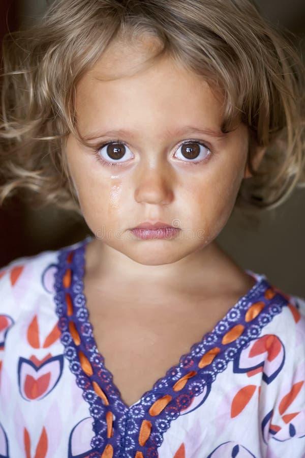Portret van een schreeuwend babymeisje stock fotografie