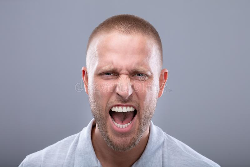 Portret van een Schreeuwende Jonge Mens stock afbeelding