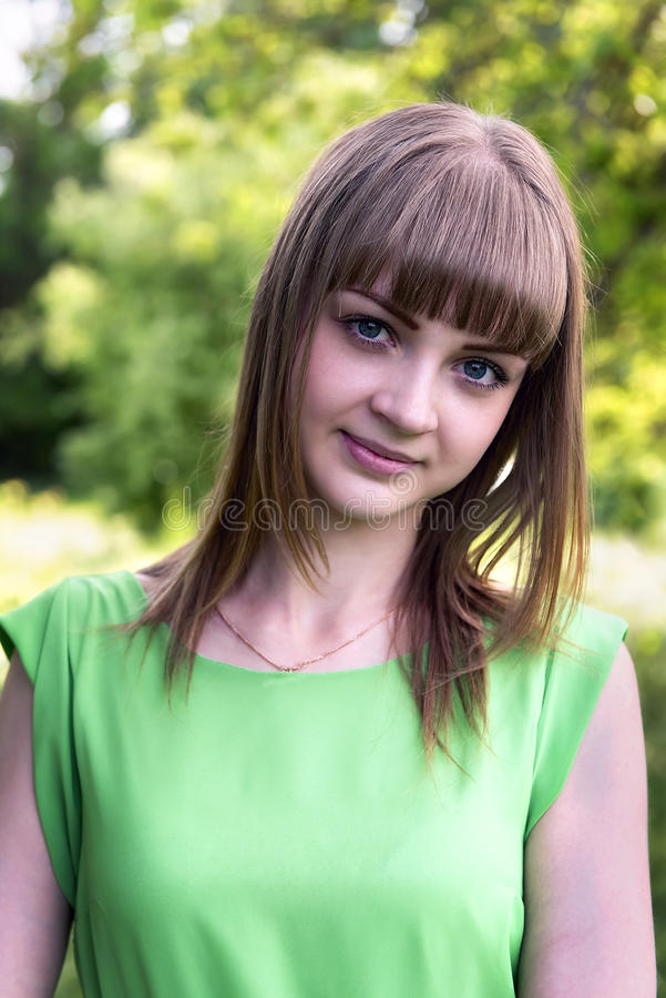Portret van een sensueel jong meisje in openlucht royalty-vrije stock afbeelding