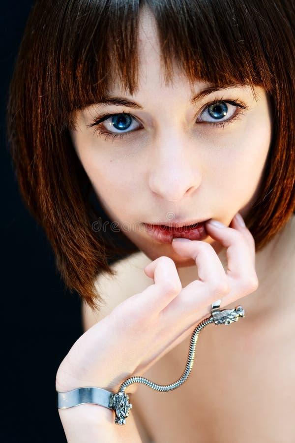Portret van een sensueel meisje op zwarte stock afbeelding