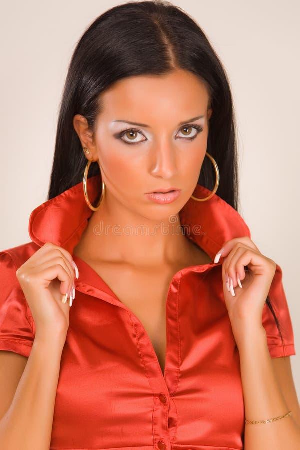 Portret van een sensueel meisje in rode blouse stock foto's