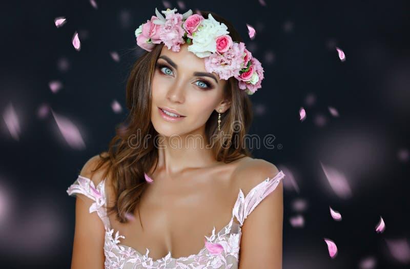 Portret van een sensueel mooi meisje in een roze kleding en een wreat stock afbeeldingen