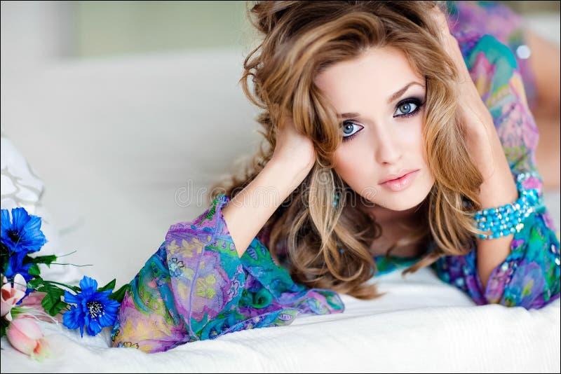 Portret van een sensueel sexy jong meisje met blauw in een blauwe kleding royalty-vrije stock afbeelding
