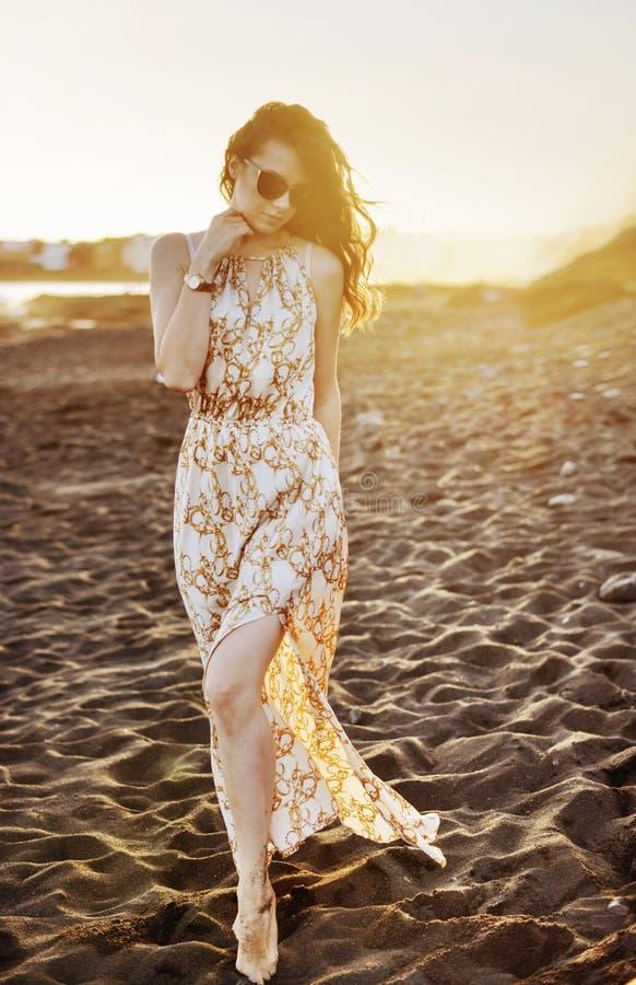Portret van een sensuele dame die langs de kust lopen stock foto's