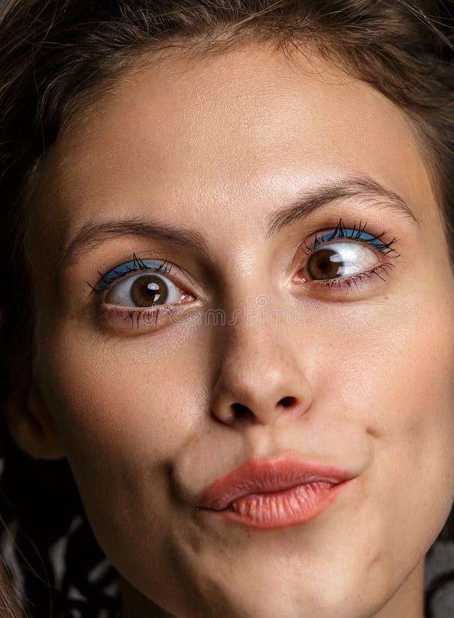 Portret van een sensuele mooie jonge vrouw met make-up op haar p stock afbeelding