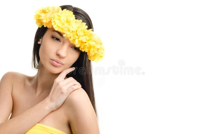 Portret van een sexy vrouw met kroon van gele bloemen op het hoofd. royalty-vrije stock fotografie