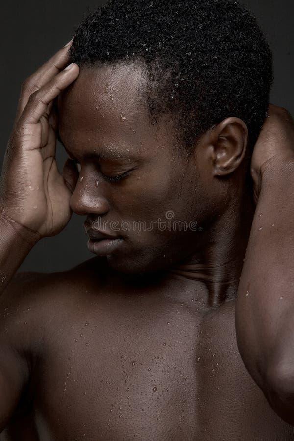 Sexy Zwarte Mens met Hand om onder ogen te zien royalty-vrije stock afbeeldingen