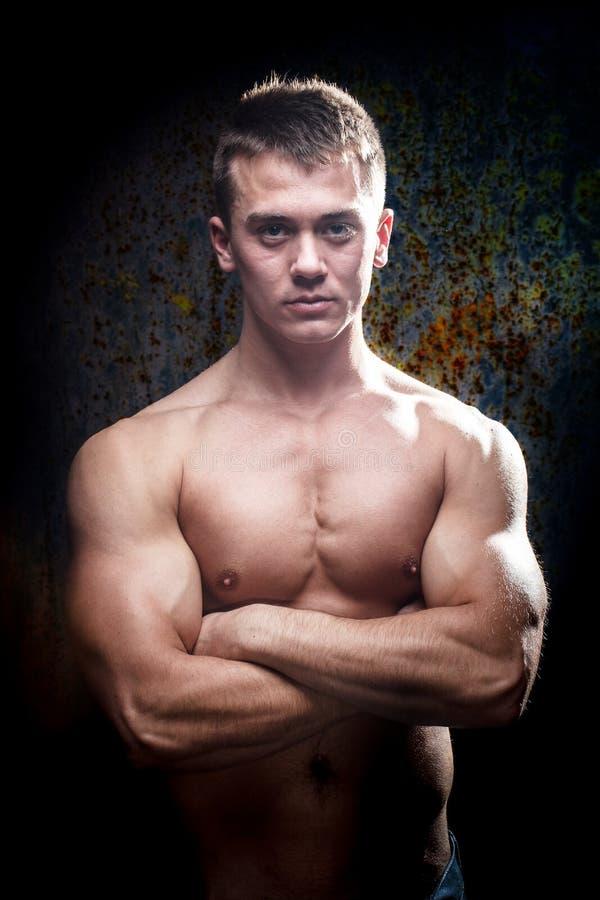 Portret van een shirtless spier jonge mens stock afbeeldingen
