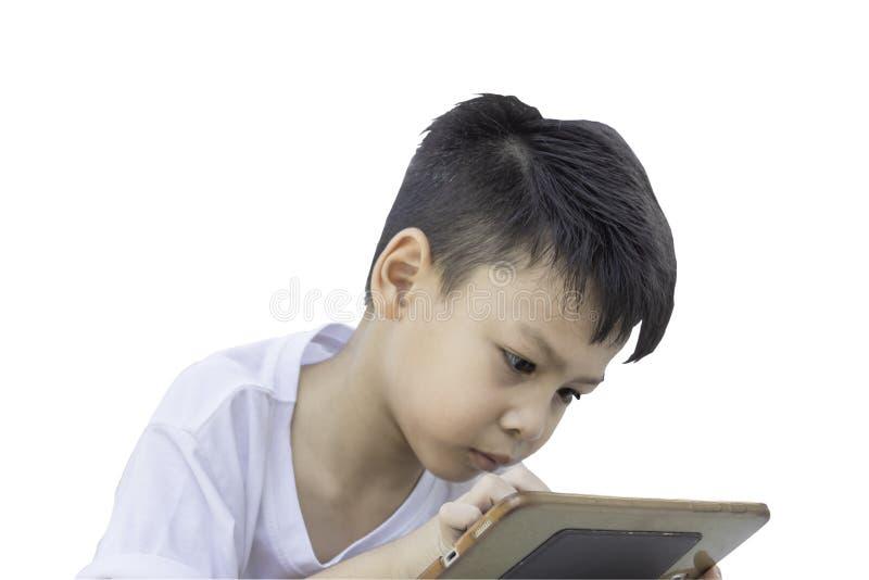 Portret van een slijtaget-shirts van jongensazië, speltelefoon op een witte achtergrond stock fotografie