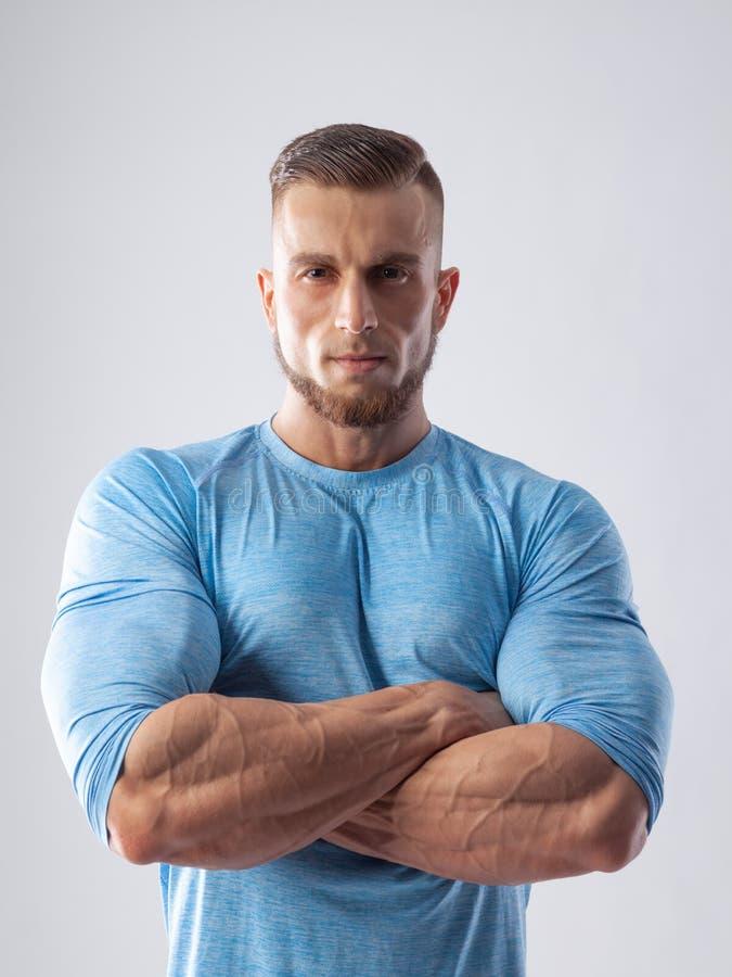 Portret van een spier mannelijk model op witte achtergrond stock afbeelding