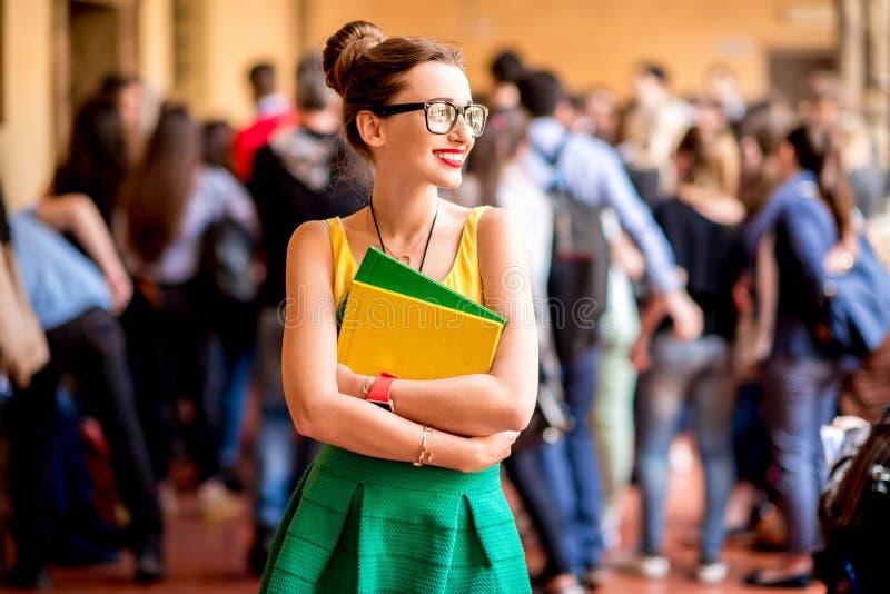 Portret van een student bij de oude universiteit stock foto