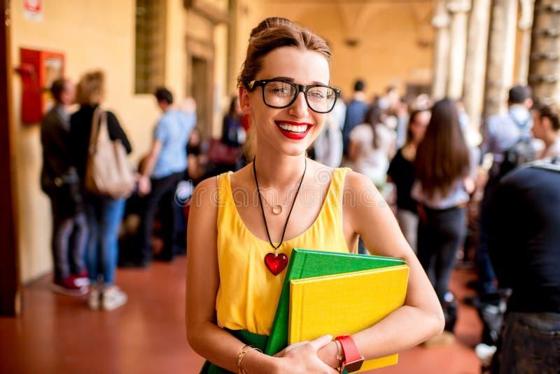 Portret van een student bij de oude universiteit stock fotografie