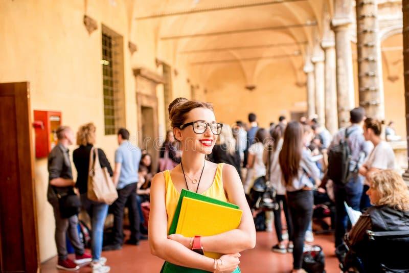 Portret van een student bij de oude universiteit royalty-vrije stock afbeelding