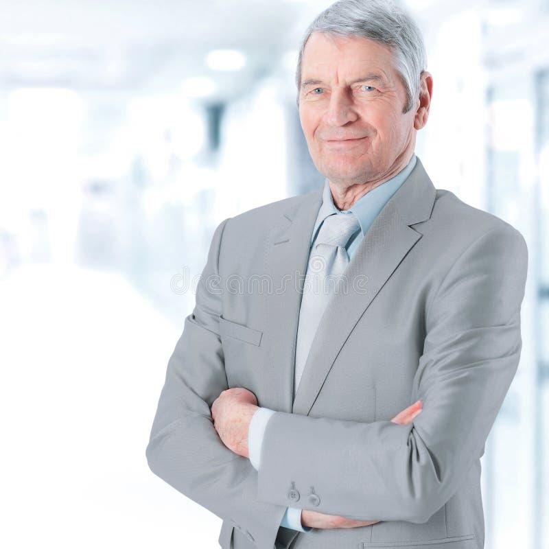 Portret van een succesvolle, ervaren zakenman op vage achtergrond royalty-vrije stock foto's