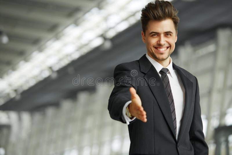 Portret van een succesvolle zakenman die een hand geven stock afbeeldingen