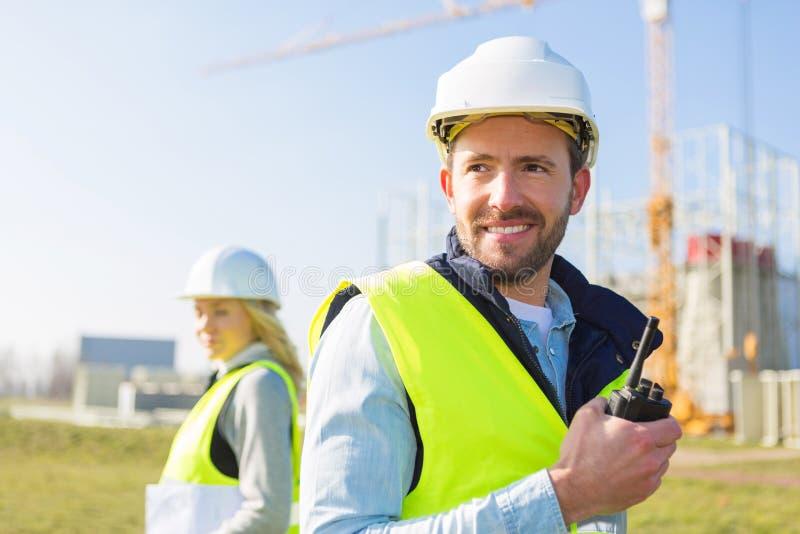 Portret van een team van twee arbeiders op een bouwwerf stock foto's