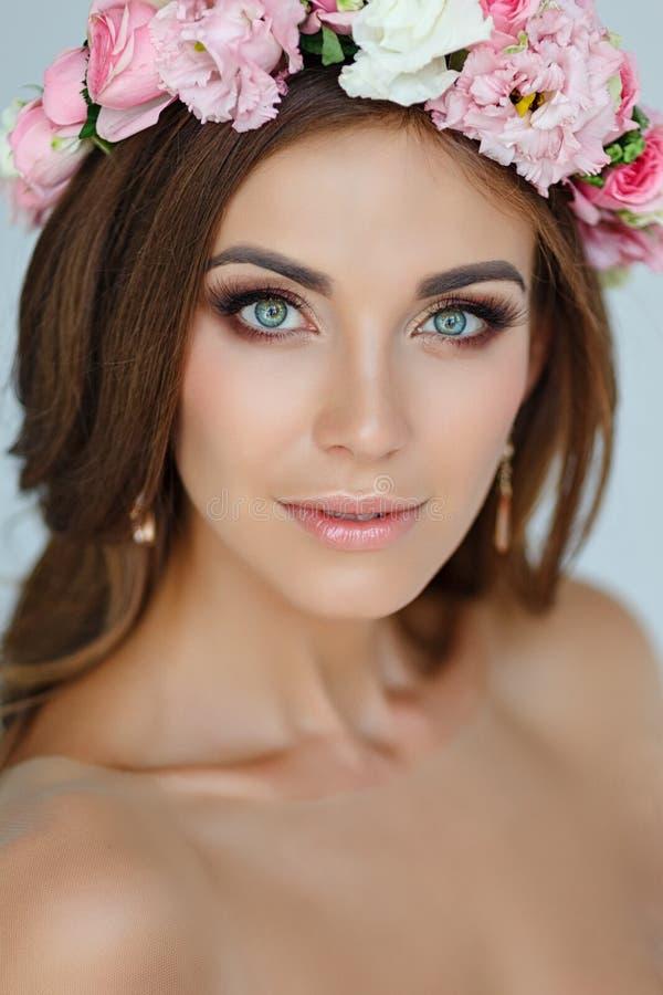 Portret van een teder mooi meisje in een roze kleding en een kroon royalty-vrije stock fotografie