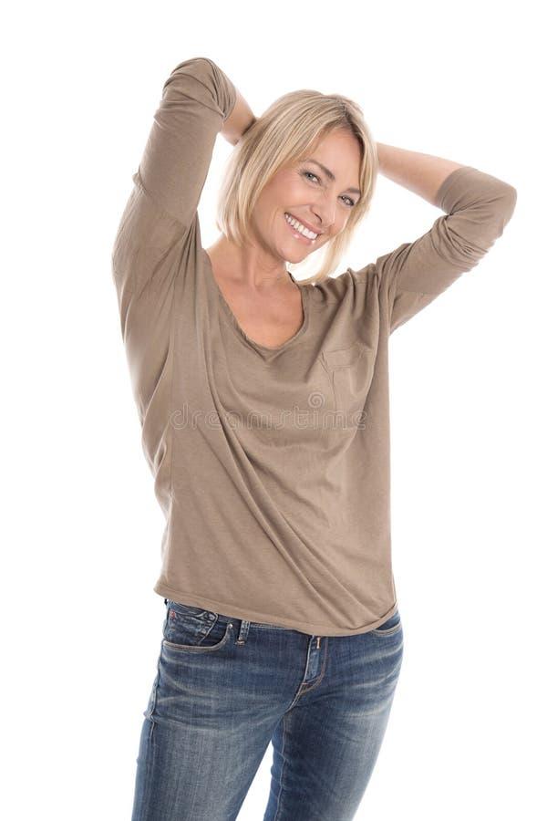 Portret van een tevreden geïsoleerde rijpe vrij blonde vrouw over stock afbeeldingen
